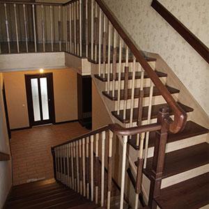 деревянная лестница в коттедж