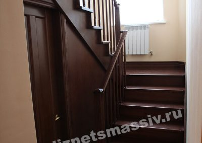 lestnica na kosourah 400x284 - Портфолио лестницы из массива