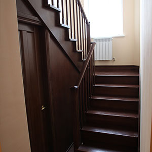 lestnica na kosourah  - Элитные лестницы из массива заказать в Москве