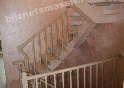 lestnica povorotnaya 180 400x284 - Портфолио лестницы из массива