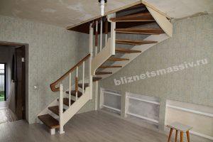 lestnica s zabezhymi stupenyami 300x200 - Деревянные лестницы для дачи. Цена в Москве.