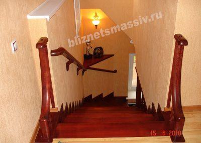 lestnica zabezhiye stupeni yasen 400x284 - Портфолио лестницы из массива