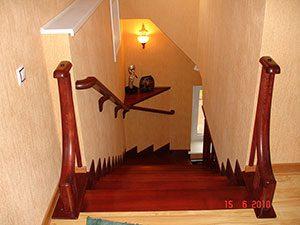 lestnica zabezhiye stupeni yasen  300x225 - Заказать межэтажные деревянные лестницы